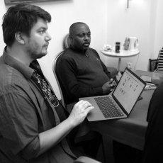 Jan Nowak et Kouam Tawa à l'écoute des pièces © Arnaud Galy - Agora francophone