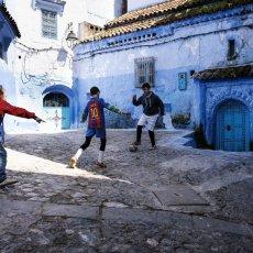 Enfants jouant au foot dans les rues de Chefchaouen - Maroc © Joseph Ouechen - exposition IMA