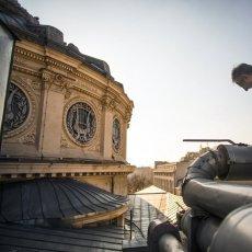 Lilian réparant un conduit sur le toit de l'Athénée. © Mihai Barbu - REGARD - www.regard.ro