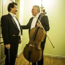 Jin Wang en conversation avec un violoncelliste. © Mihai Barbu - REGARD - www.regard.ro