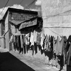 Dans la rue Prunilor, piétonne, chacun semble connaître son voisin. Il y a de(...) © Sylvain Moreau - REGARD - www.regard.ro