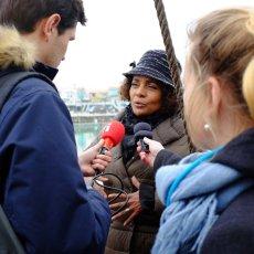 Michaëlle Jean enthousiaste au micron de RFI - Ph : Arnaud Galy - Agora(...)