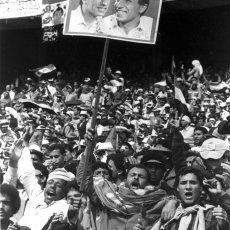 Supporters brandissant le portrait de Mahmoud el Khatib - Le(...) © Musée du football mondial de la FIFA - exposition IMA