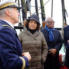 Le commandant Cariou fait la visite à Michaëlle Jean (SG de l'OIF à g) et(...)