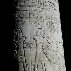 Une des 135 colonnes de la grande salle hypostyle de Karnak