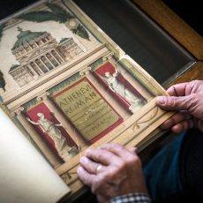 Vieux classeur trouvé chez un antiquaire avec des images de l'Athénée. © Mihai Barbu - REGARD - www.regard.ro